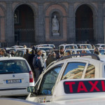Piazza del Plebiscito invasa dai tassisti che contestano il previsto piano di liberalizzazione delle licenze proposto dal Governo, oggi 12 gennaio 2012 a Napoli.                ANSA / CIRO FUSCO