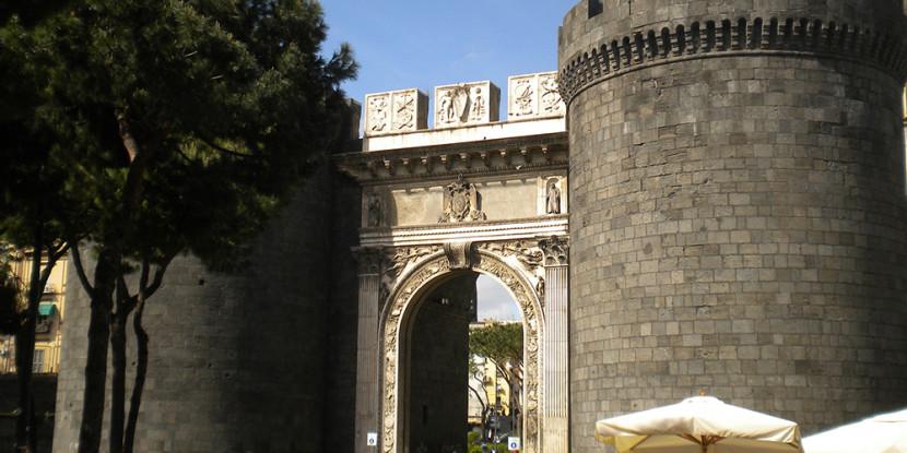 Parcheggio per bus turistici a Porta Capuana
