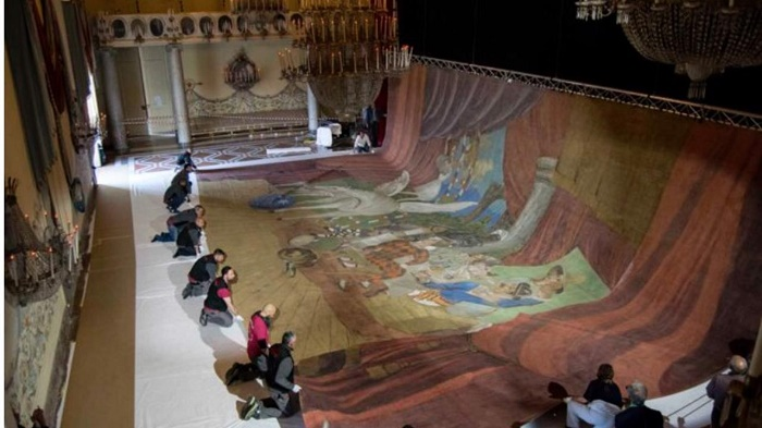 Lo spettacolare allestimento di Parade, la più grande opera di Picasso.