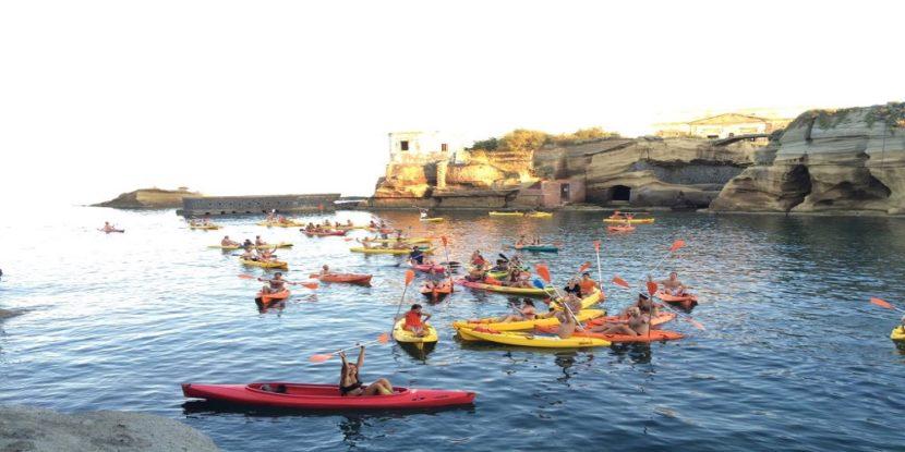 Un esercito di kayaker in difesa del mare di Napoli